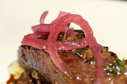 Bistecche alla paprika con cipolle sott'aceto – Ricetta Weber
