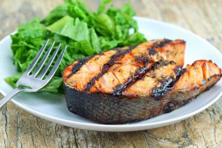 Salmone alla griglia con miele e salsa alle erbe – Ricetta Weber