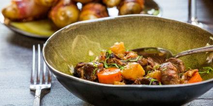 Spezzatino di cinghiale con patate avvolte nella pancetta – Ricetta Big Green Egg