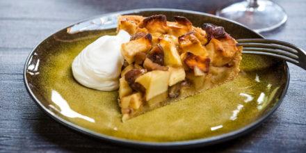 Torta di mele con caldarroste e cagliata di yogurt di capra – Ricetta Big Green Egg